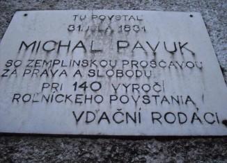 Pamätná tabuľa na priečelí Kultúrneho domu v obci Nižný Žipov na počesť Východoslovenského roľníckeho povstania
