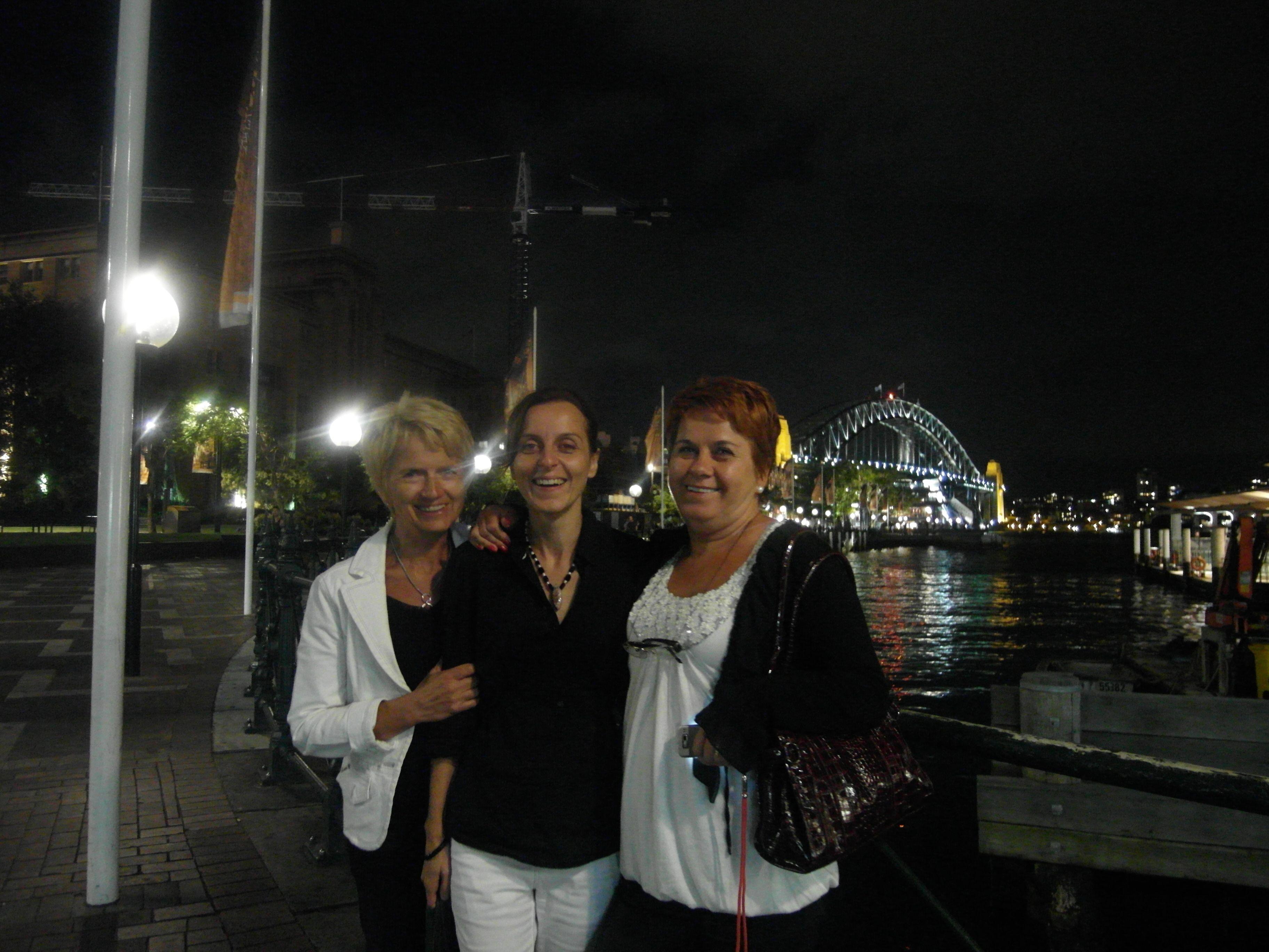 S mamou a jej sestrou Evou v Sydney pred Harbour Bridge