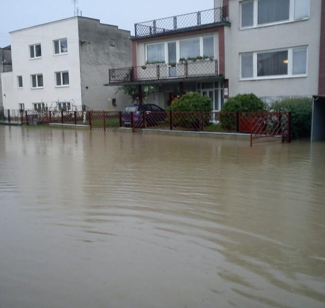 Takto to vyzeralo v obci Nižný Žipov pred pár rokmi, keď sa vylial potok Chlmec