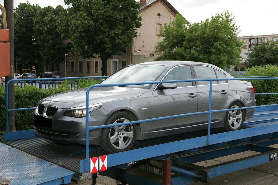 Auto vyveziete na autovlak pekne po rampe