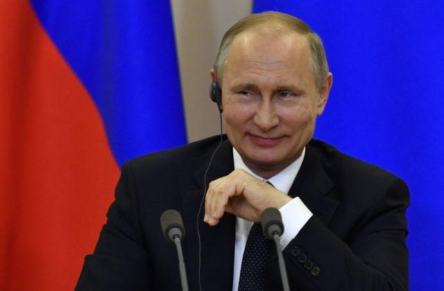 Nové zbrojné systémy podľa Putina zaistia bezpečnosť Ruska na dlhé  desaťročia dopredu. Najviac sa spolieha na nadzvukovú raketu Kinžal a  raketový komplex ... a2b14478556