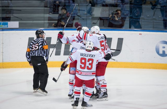 Slovan Bratislava si v KHL v nedeľu v domácom prostredí zdolali Červenú  hviezdu Kchun-lun 4 3 po predĺžení. MOSKVA 14. októbra (WebNoviny.sk)  -Hokejisti ... fbd13066058