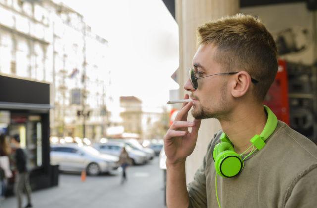 brutálne nútené fajčenie chlpaté tenns