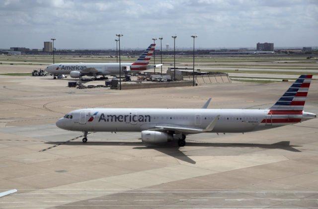 af080766d1eae PHOENIX 12.apríla (WebNoviny.sk) – Pasažier letu americkej leteckej  spoločnosti American Airlines z Minneapolisu do Phoenixu v piatok krátko po  pristátí ...