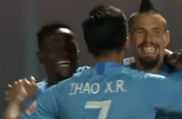 1238275e53f3a Video: Marek Hamšík strelil v Číne kuriózny gól, na ihrisku boli dve lopty